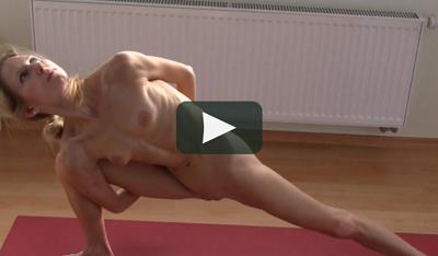 Nackt-Yoga-Übung 3 Elke Lechner